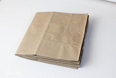 Gấp đôi tờ giấy lại