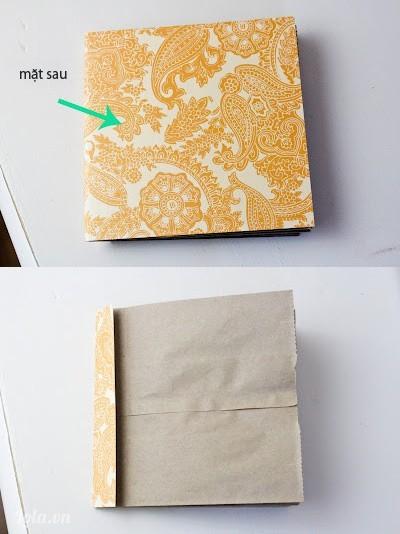 Lấy giấy bìa hoa văn và cắt ra vừa với quyển sách và chừa dư ra vài cm, bọc phần dư đó ra sau tờ giấy