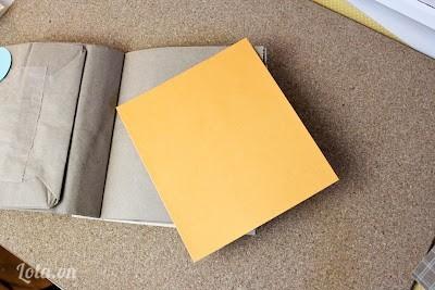 Cắt các tờ giấy màu còn lại vừa với túi giấy