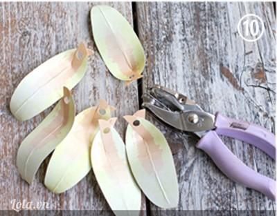 Dùng dụng cụ bấm lỗ lên cánh hoa như hướng dẫn