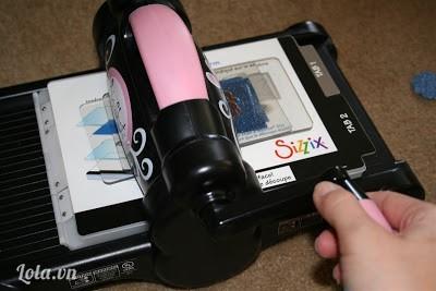 Nếu có máy cắt hình sẵn thì ta dùng còn không thì bạn có thể dùng kéo để cắt giấy thành những bông hoa
