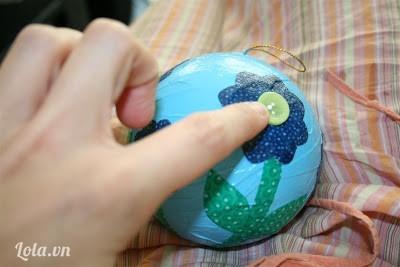 Sau khi có hoa rồi thì ta trang trí nút áo để làm nhụy thêm sinh động nhé