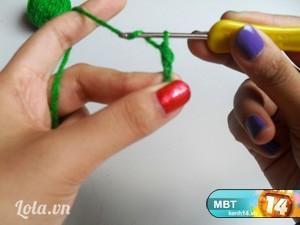 Móc 1 vòng tròn 5 mũi đối với len sợi nhỏ (hoặc 6 mũi đối với len sợi to) nè.