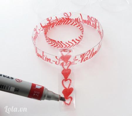 Dùng bút lông màu đỏ vẽ các họa tiết  hình trái tim để trang trí