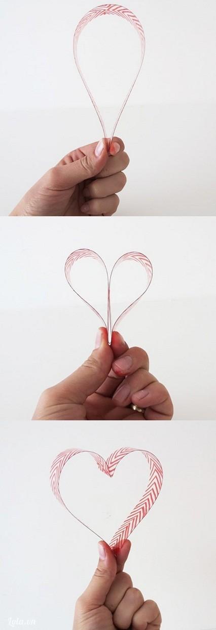 Là bước quan trọng nhất để bạn tạo hình trái tim, bạn bẽ cong hai hình tròn lại tạo thành khối hình  ép hai miếng nhựa lại với nhau, sau đó dùng súng bắn keo gắn kết hai phần đầu lại với nhau và dùng kéo cắt bỏ phần dưới còn lại