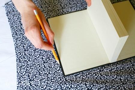 Đo kích thước cuốn sổ với mảnh vải vintage bạn định bọc