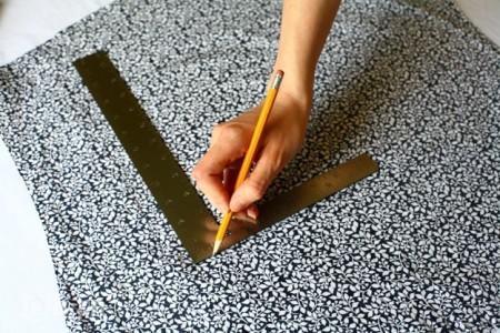 Đánh dấu vị trí và kích thước miếng vải vừa với kích thước cuốn sổ và cắt chúng ra