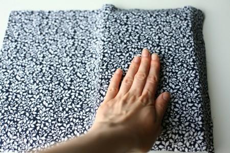 Dán miếng vải vintage đó lên bề mặt cuốn sổ, làm tương tự với hai mặt cuốn sổ