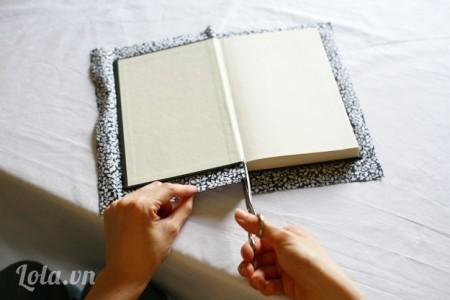 Sau khi dán xong bạn dùng kéo cắt hai mép nhỏ để dễ dàng dán ở phần trong cuốn sách hơn