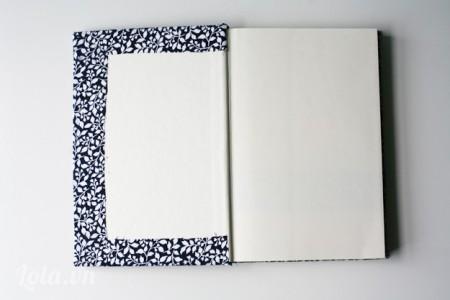 Tiếp tục dùng keo sửa bôi lên phần mép trong cuốn sổ và dán chúng lại với nhau như hình