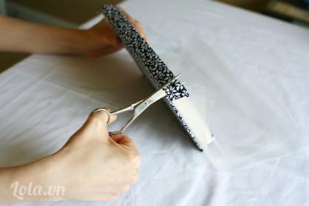 Tiếp tục cắt mép vải còn thừa lại như hình. Chờ khô là bạn đã đc một cuốn sổ vintage cực yêu rồi
