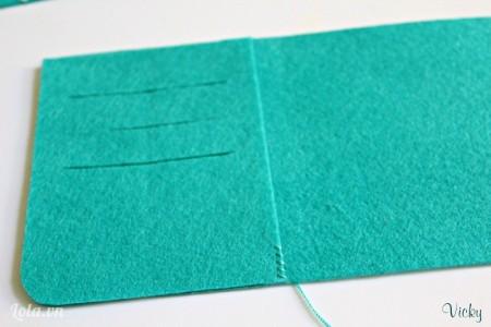 Đặt mảnh vải số 4 lên trên mảnh số 2 và dùng chỉ may lại như hình bên.