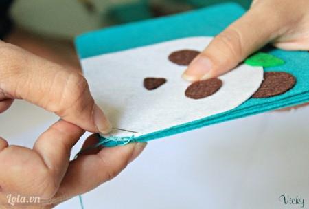 Dùng kim may dính các mảnh vải lại với nhau.