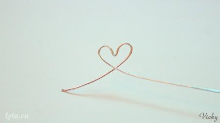 Uốn 1 đầu dây kẽm thành hình trái tim.