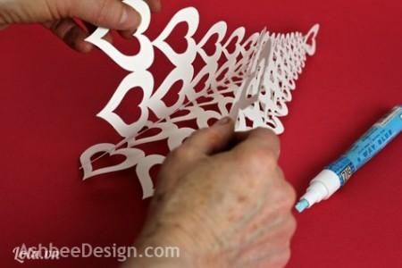 Tương tự các bạn dán các mép còn lại của 3 mảnh giấy lại như hình bên để tạo thành 1 cái cây hình tháp.