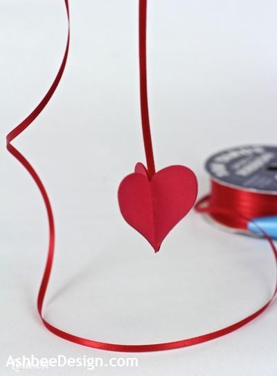 Tiếp tục dán dây ruy băng với 2 mảnh trái tim còn lại như hình bên.