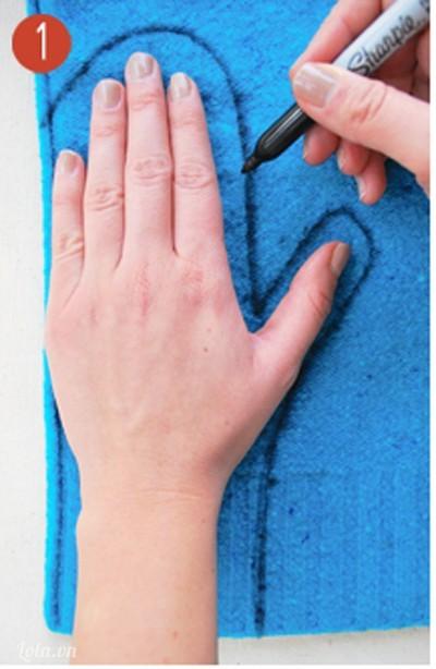 Ướm bàn tay lên áo, dùng bút vẽ đường viền