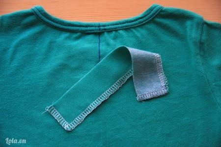 Cắt lớp vải có kích thước tương tự, ủi qua cho thẳng rồi dùng kim, chỉ mai viền xung quanh
