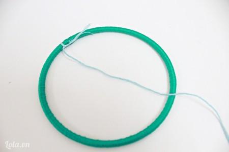 Sau khi quấn dây chỉ đều hết cả vòng thì các bạn dùng 1 sợi chỉ màu khác cột 1 đầu vào vòng kim loại.
