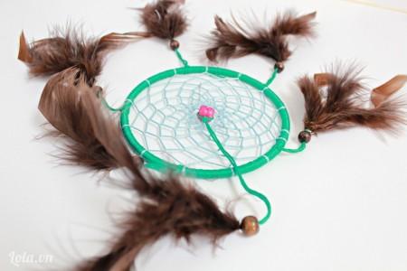 Để chuông gió thêm xinh thì các bạn gắn thêm 1 dây lông vũ ở chính giữa nữa nha.