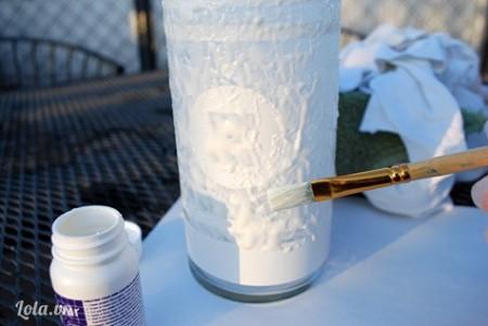 Sử dụng keo sữa quết lên khắp bề mặt ly