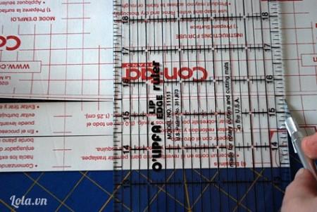 Cắt 2 tờ giấy sticker có kích thước  2.54 X 31 cm và 2 tờ có kích thước 0.7 X 31cm
