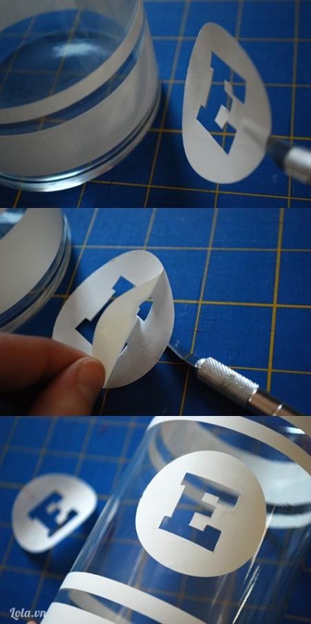 Xé giấy sticker ra rồi dán lên trên bề mặt ly