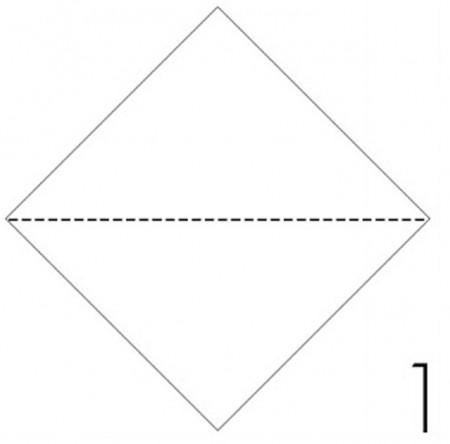 Cắt giấy màu thành mảnh hình vuông, sau đó gấp xéo mảnh giấy như hình.