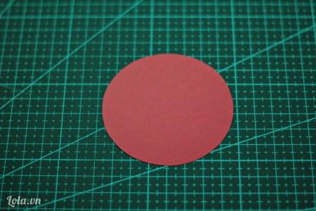 Cắt giấy màu đỏ thành hình tròn kích thước tùy ý.