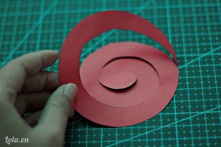 Cắt giấy theo đường xoắn ốc vừa vẽ.
