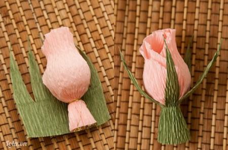 Đặt bông hoa trên đài hoa, quấn đài hoa xung quanh bên dưới bông hoa và dán cố định bằng keo sữa.