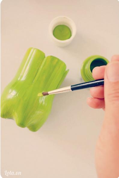 Dùng màu sơn lên chai và chờ khô