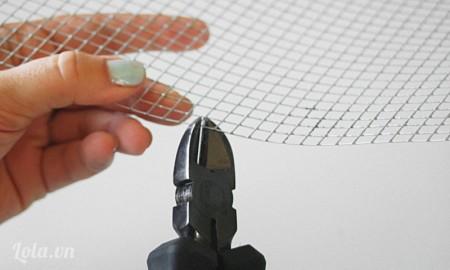Bạn cần chuẩn bị một chiếc khung hình , đo kích thước của chúng với lưới. Sau đó cắt lưới ra đúng với kích thước.