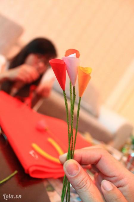 Làm thêm nhiều bông hoa màu khác nữa nha