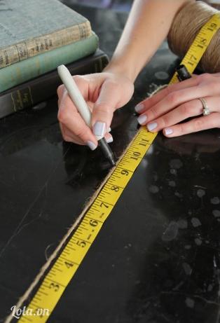 Lấy thước đo độ dài của dây cói, lưu ý độ dài của dây phải thực sự bằng nhau để khoảng cách giữa các giá thật sự đẹp nhé.