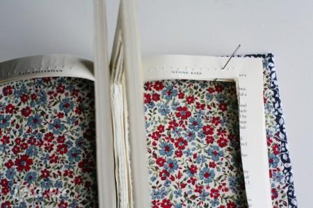 Để đảm bảo các trang sách của bạn không rời ra và dính lại với nhau, các bạn bôi một lớp keo và khâu các trang bìa lại như hình để trang sách được lại làm 4 phần