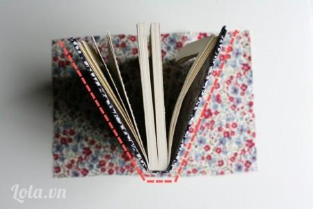 Lấy một miếng vải nhỏ để đo các cạnh của cuốn sách như hình.