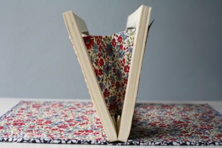 Bạn khâu và dán hai miếng vải vừa làm xong vào hai mép sách là xong. Lưu ý nên khâu trước khi dán keo nhé