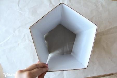 Bạn dùng sơn xịt phun một bên tông, và chờ. Bạn gấp bìa cứng theo hình lục giác như trong hình , và đánh dấu mỗi vết cắt