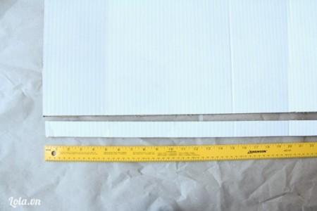 Sau đó cắt dọc các miếng bìa ra như trong hình