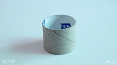 Cắt lõi khăn giấy thành 1 đoạn ngắn.