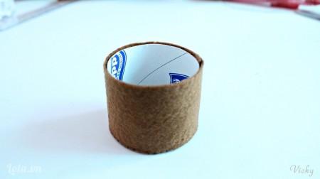 Dán cố định lõi khăn giấy vào bên trong để chậu hoa cứng và chắc hơn nha các bạn.