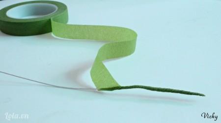 Quấn băng keo sáp xung quanh dây kẽm để làm cành cây.