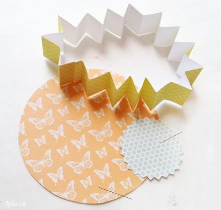 cắt giấy thành 2 vòng tròn có đường kính 4.5 cm và 8.9 cm