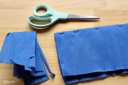 Lấy kéo cắt phần thừa của giấy