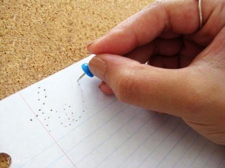 Bạn dùng bút viết hoặc vẽ lên tờ giấy phần nội dung rồi Dùng ghim kẹp đâm các lỗ nhỏ xung quanh tờ giấy ( Khoảng cách giữa các lỗ khoảng 1 cm)