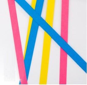 Ướm giấy vào hộp quà để lấy kích thước trước khi cắt giấy màu. Cắt ra mỗi miếng có bề ngang 0.5cm