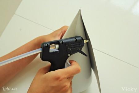 Cuộn tròn giấy bài cứng như hình bên, sau đó dùng súng bắn keo dán chặt.