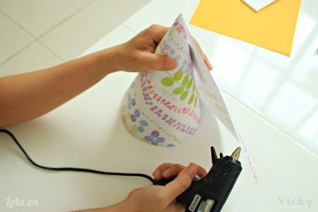 Tương tự ta cũng cuộn giấy hoa xung quanh và dán lại.