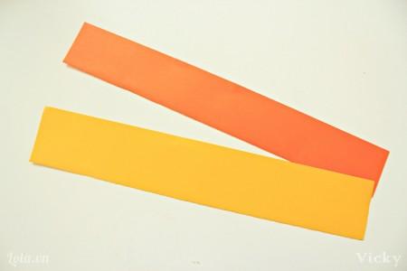 Cắt 2 mãnh giấy hình chữ nhật kích thước tùy ý.